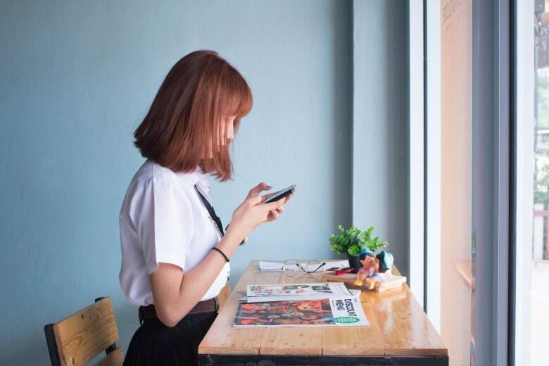 携帯を触る女の人