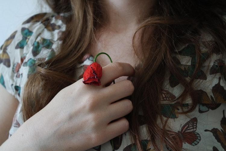 枯れたバラを持つ女性