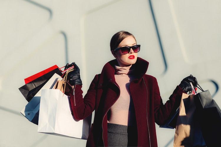 ショッピングをしている女性の写真