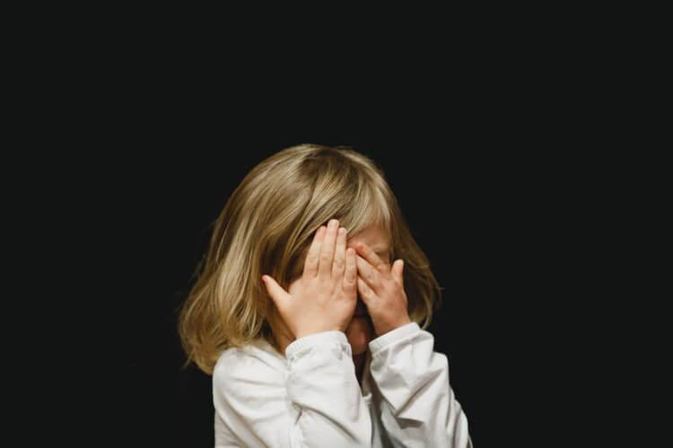 女の子が泣いているようす