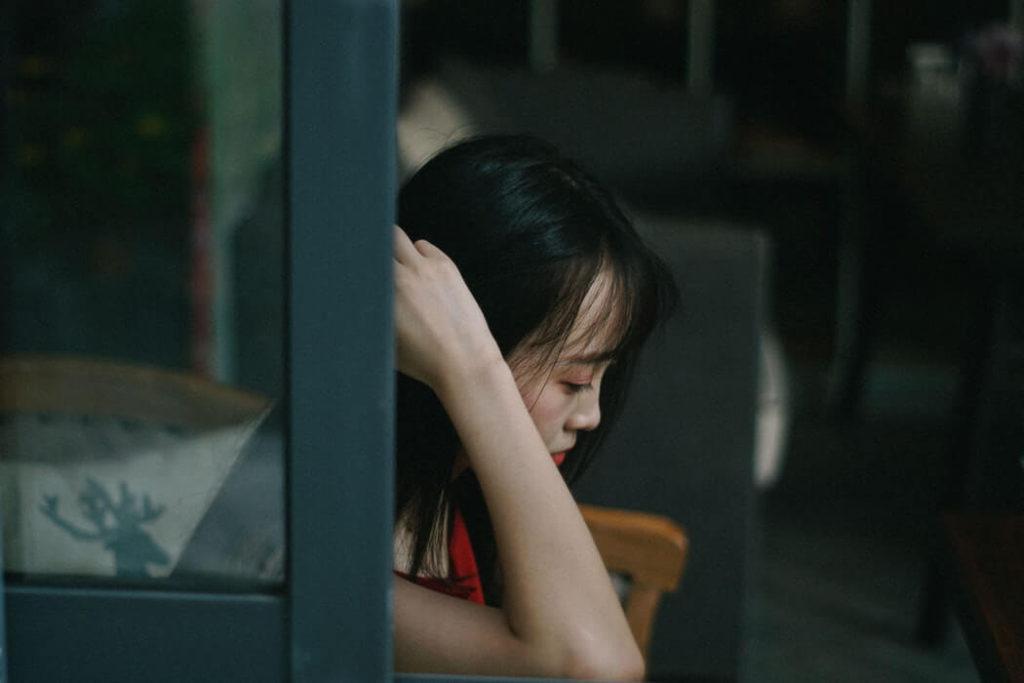 悲しそうな女性の写真