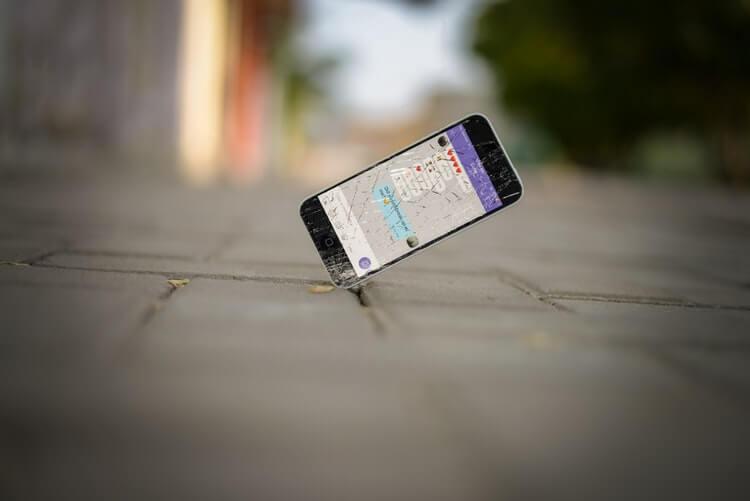 携帯の画面が割れているようす