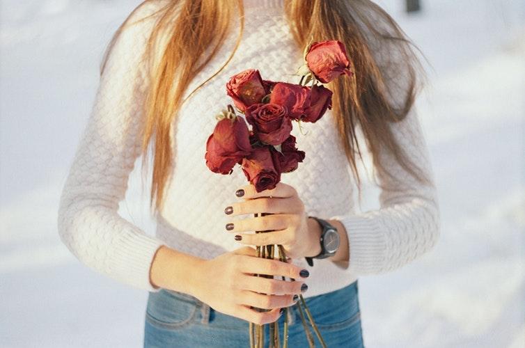 バラを持つ女性の写真