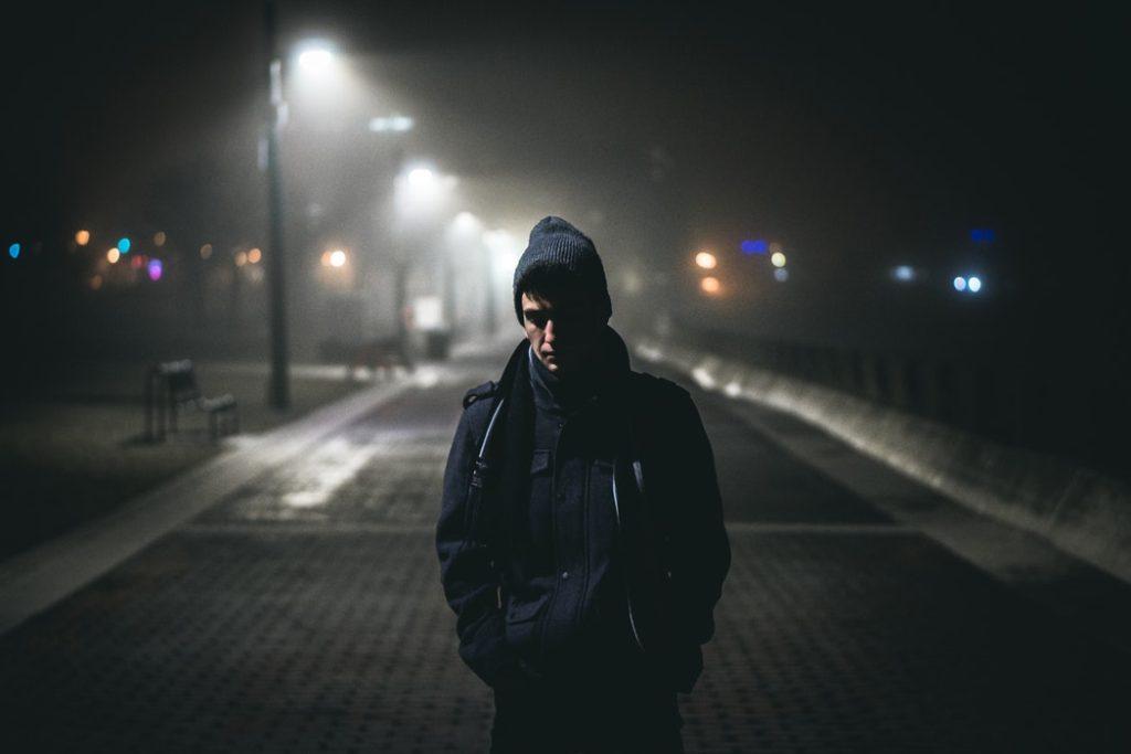 夜道を歩く男性