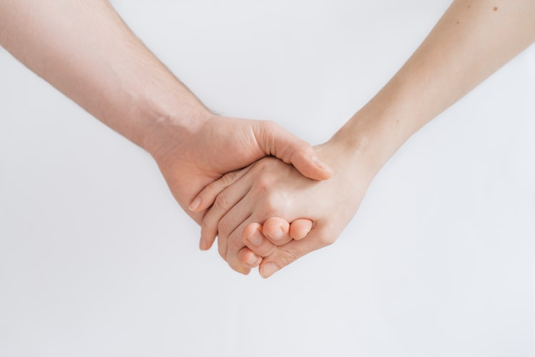 手を繋ぐ2人の写真