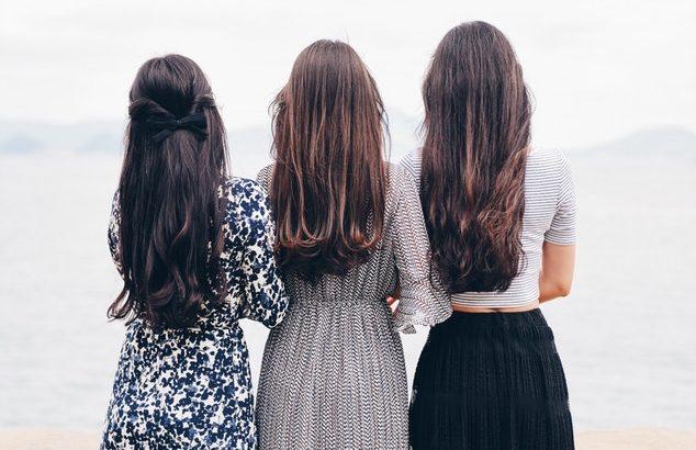 3人の女性が並んでいるようす