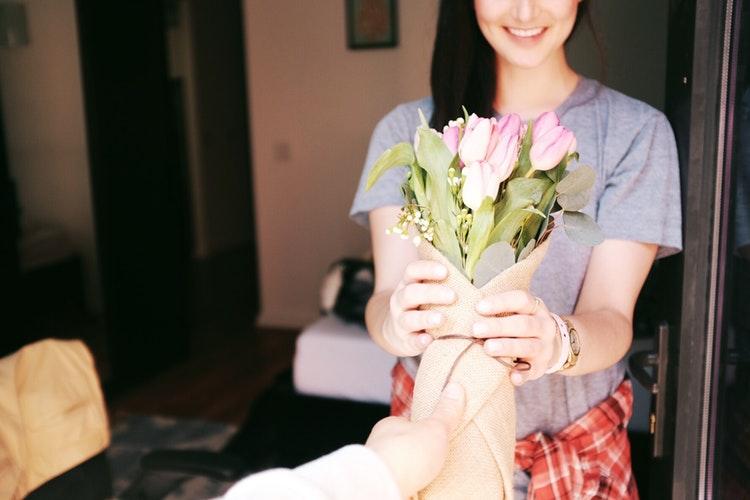 花束のプレゼントをもらう女性