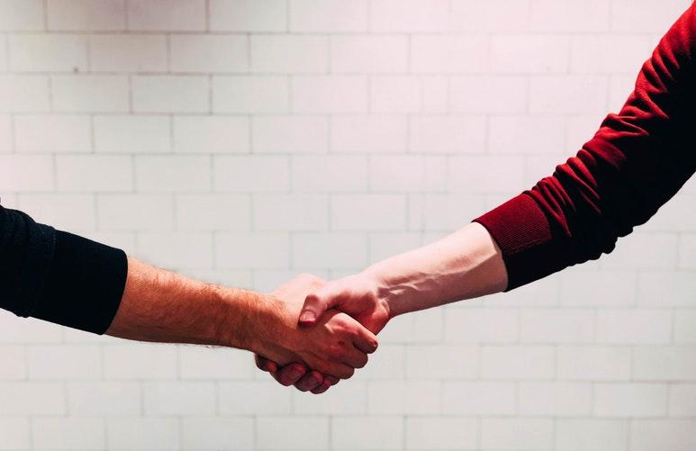 男女が握手している写真