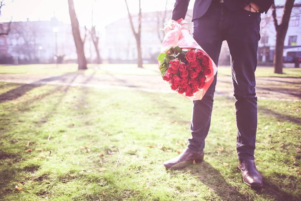 バラを持つ男性