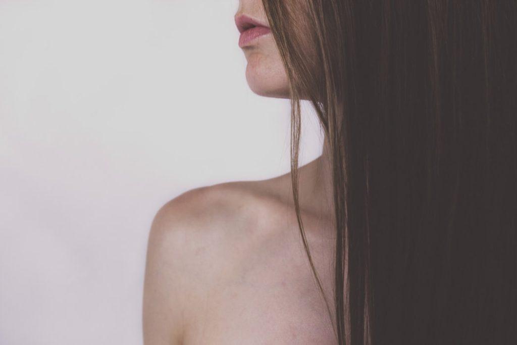 ロングヘアの女性の写真